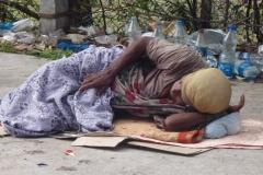 alte Frau, die am Straßenrand schläft - Hyderabad