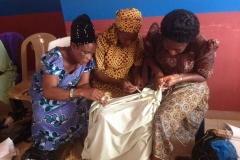 Witwen bereiten Stoff zum Färben vor