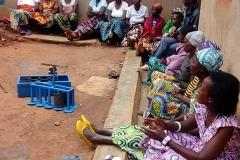 Schulung der Witwen in der Herstellung von Holzkohle aus biologischen Abfällen