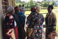 Herzliches Treffen mit einer Gruppe Witwen